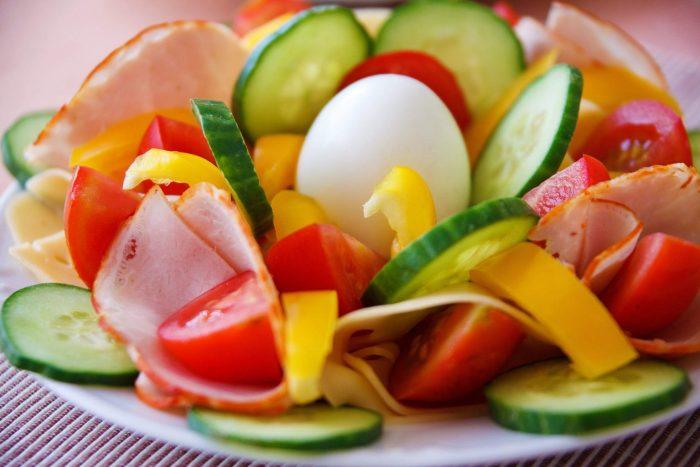 Meniu: salată crudități, gordon bleu din vinete, prăjitură cu foi de napolitane