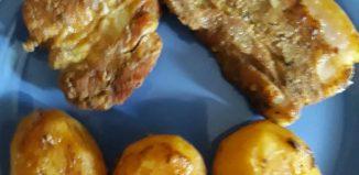 Roșii umplute cu pastă de brânză - Costiță la cuptor cu cartofi copți