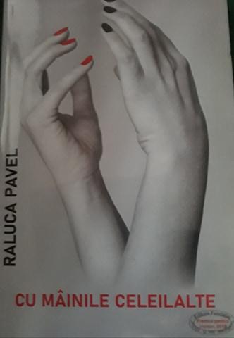 Cu mâinile celeilalte de Raluca Pavel