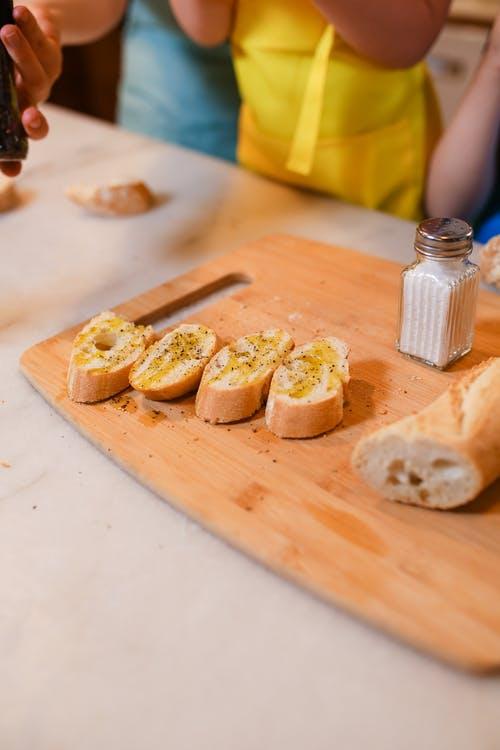 Bruschete cu verdeață - Ciorbă cu tăiței - Sarmale cu ciuperci - Prăjitură